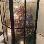 "by dini Ashausen Büdel / Beutel / Rucksack ""Skull and roses 2"" Höhe: ca. 43 cm Breite: ca. 33 cm Oberstoff: schwarz mit Totenkopf- / Rosenmotiven unten Kunstleder schwarz Innenstoff: rot Kordel: schwarz Handytasche innen Art: 20135 Preis: 26,00 €"